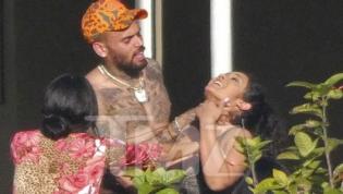 Chris Brown é fotografado enforcando amiga em festa